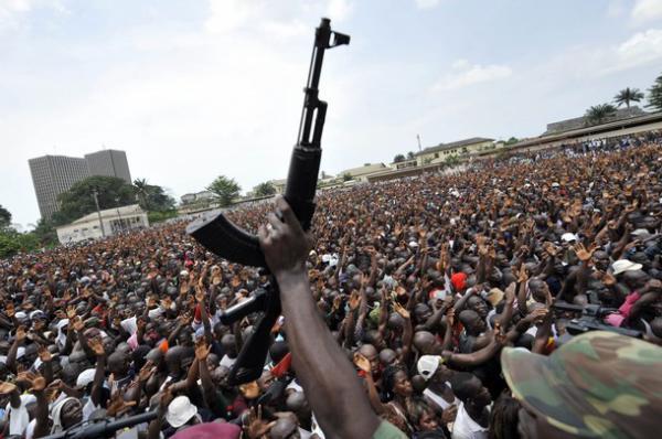 Un soldat Ivoirien brandit son arme devant la foule via @Abidjan_net sur Twitpic