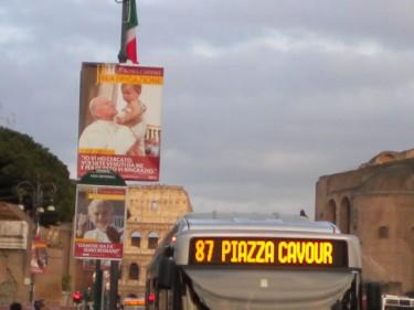 Des photos du Bienheureux Jean-Paul II aux abords du Colisée