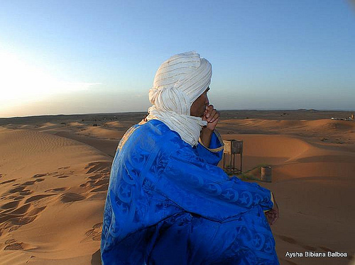 The blue men of the desert by Aysha Bibiana Balboa on Flickr ( License CC-NC-BY)