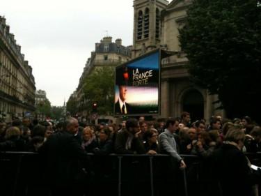 Buiten La Mutualité luisteren activisten naar de uitslag. Foto van @eanizon.