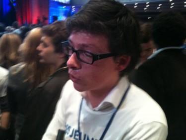 Activist van de UMP (partij van Sarkozy) in tranen. Foto van @Alexsulzer.