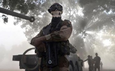 le militaire en opération au Mali porte un foulard avec un imprimé tête de mort