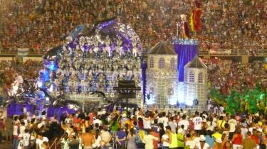 Char de l'école de samba Beija-Flor lors du défilé 2013