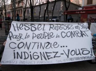 Hommage des Indignés à Marseille- Photo anonyme partagée sur facebook Par millions rendons hommage à Stéphane Hessel