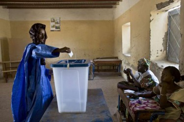 un homme vote pour le second tour des élections présidentielles maliennes à Tombouctou via UNHCR avec leur permission