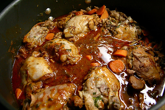 Coq au vin rouge via wikimedia commons