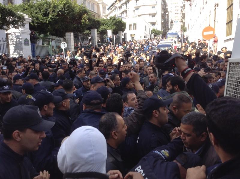 Le mouvement Barakat manifestent  pendant les élections via Algerie focus - CC-license-NC-2.0