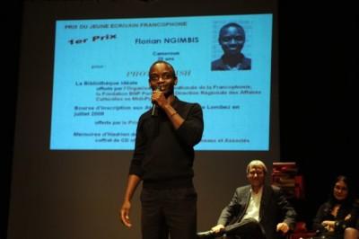 Florian Ngimbis recevant le prix du jeune ecrivain francopone 2008 - photo avec la permission de l'auteur