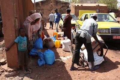 distribution de nourriture pour les réfugiés maliens - via wikimédia commons CC-BY-NC