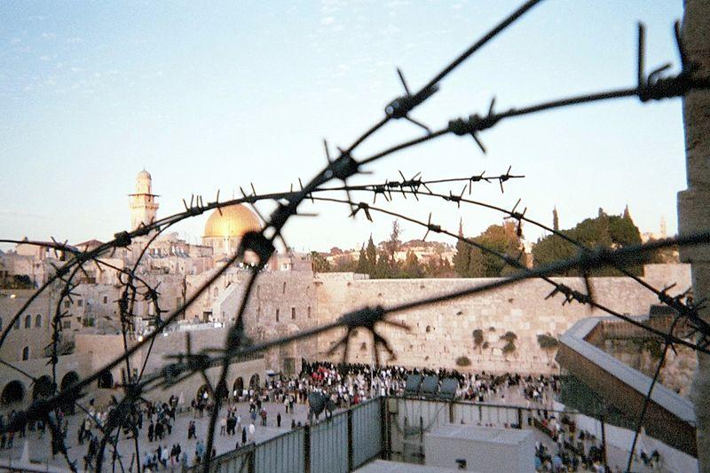 Les lieux saints : Esplanade des mosquées et Mur des lamentations, l'un des enjeux du conflit via wikipedia - CC BY-SA 3.0
