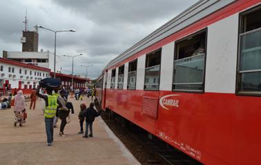 Le Innercity train entre Yaoundé et Douala via Cameroon online- Public domain