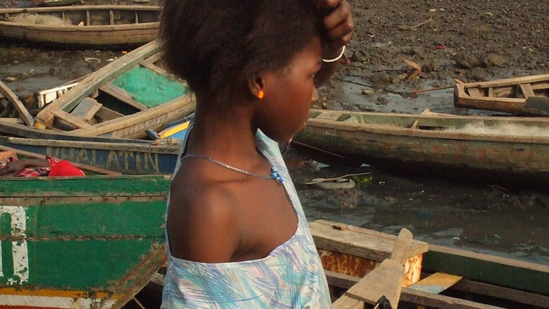 Young girl in  Conakry, by Sebastián Losada - Creative Commons Attribution-Share Alike 2.0 Generic