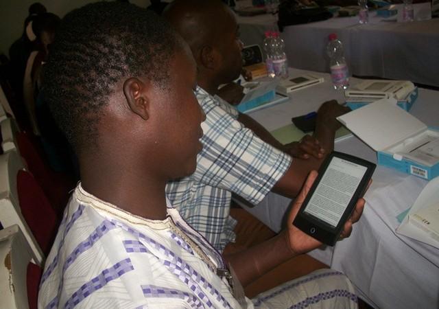 Participants à l' atelier Les eReaders à l'atelier de Vivre Ensemble à Tombouctou, Mali - photo de l'auteur