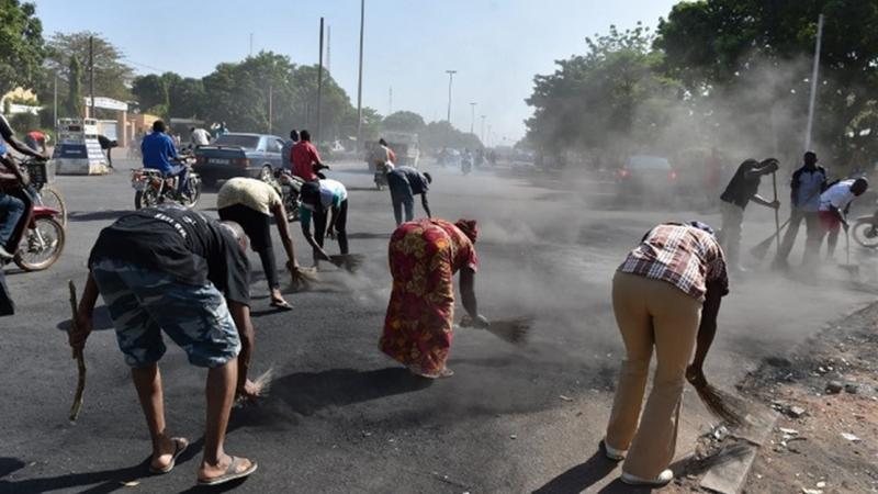 Los manifestantes limpian la ciudad de Uagadugú. Foto publicada con permiso de Oeil d'Afrique
