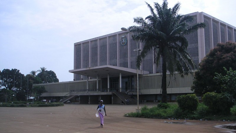 « Conakry palais du peuple ». Sous licence CC BY 2.5 via Wikimedia Commons -