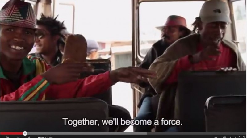 """""""Ensemble, nous deviendrons une force"""" Capture d'écran de la bande-annonce de """"Ady Gasy"""", un documentaire les façons joindre les deux bouts à Madagascar, par Lova Nantenaina via YouTube"""