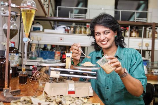 Ameenah Gurib-Fakim dans son laboratoire  Centre technique de coopération agricole et rurale - Domaine public