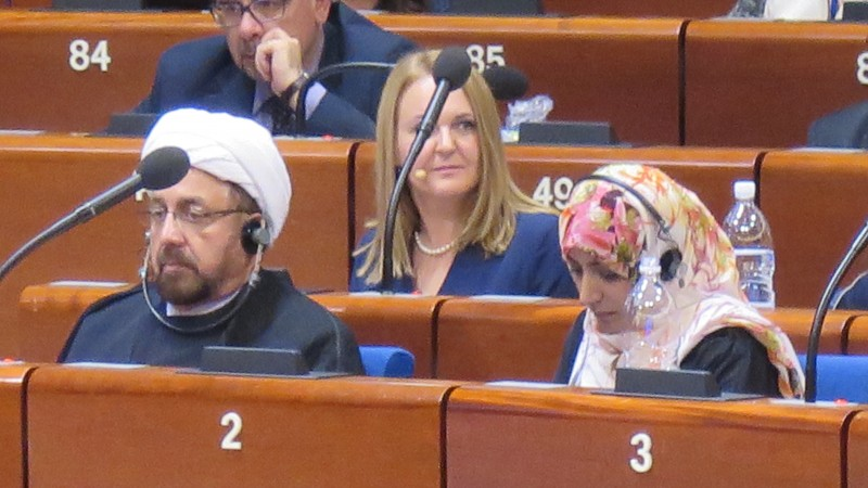 En séance plénière, Tawakkol Jarman et l'ayatollah voisinent