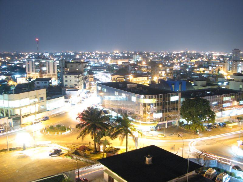 Vue sur Libreville la nuit. Par Hugues sur FlickR CC-BY-2.0