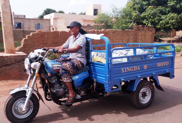Fatim, la commerçante de Moto-taxi à Sakolabada, Kéniéba au Mali avec sa permission.