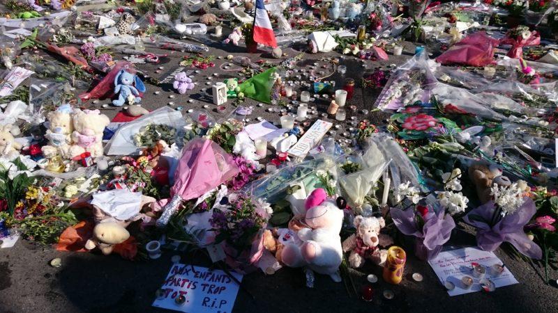 Un lieu de recueillement improvisé sur la Promenade des anglais, après l'attaque terroriste meurtrier du 14 juillet 2016. Photo de l'auteur