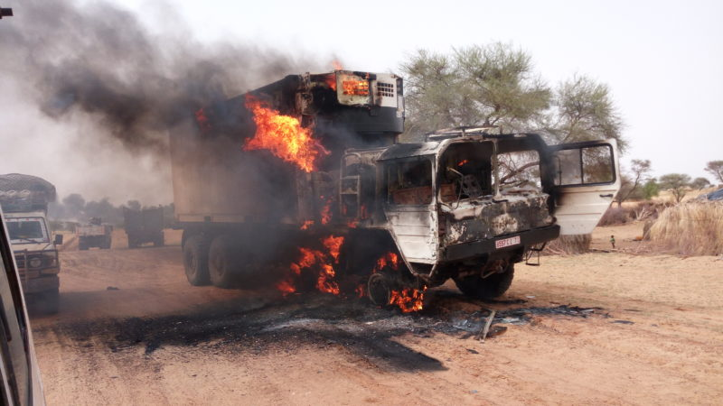 Camion en feu suite à un acte criminel dans une région du Nord Mali. Photo de F. Harber avec sa permission