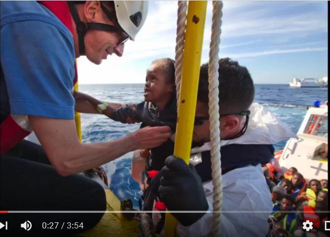 Capture d'écran d'une action de sauvetage du projet SOS méditerranée via YouTube