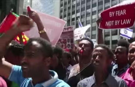 Capture d'écran de manifestation des exilés suite au rapport de l'ONU sur les droits humains en Erythrée vidéo de africa news