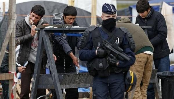 La police evicte les réfugiés de Calais en Mars 2016. CC BY-SA 4.0