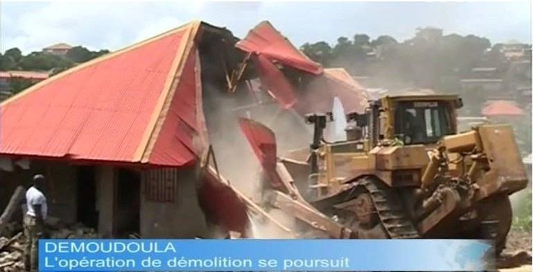 Un bulldozer en action à Demoudoula. Crédit photo: http://guinee28.info, utilisée avec permission
