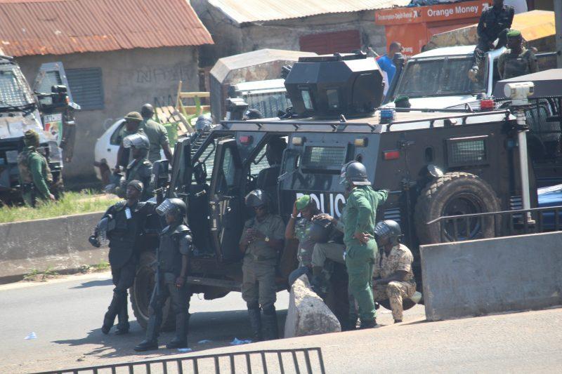Des forces de sécurité lors d'une manifestation du Front pour la Défense de la Constitution . Source: Aboubacarkhoraa, Président, Wikimedia Guinée Conakry